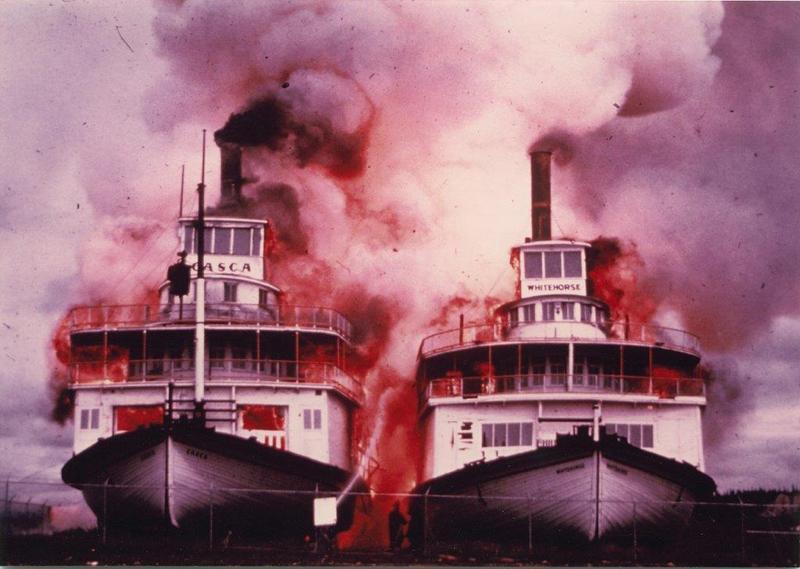 Il reste maintenant deux bateaux &agrave; aube au Yukon, vestiges de la grande &eacute;poque de ce moyen de transport au territoire : le S.S. Klondike que vous voyez ici, et le S.S. Keno que vous pourrez visiter si vous vous rendez &agrave; Dawson.<br /><br />Trois autres bateaux &agrave; aube ont &eacute;t&eacute; dramatiquement rong&eacute;s par les flammes : le S.S. Casca et le S.S. Whitehorse &agrave; Whitehorse en 1973 et le S.S. Tutshi &agrave; Carcross en 1990.<br /><br />Photo : Bateaux Casca et Whitehorse en flammes, 1973<br />Cr&eacute;dit photo : Archives du Yukon, coll. Robert Philips, 2007/116_2