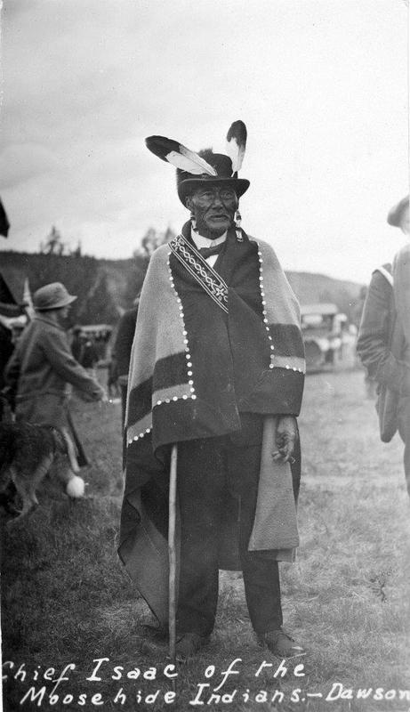 <p>La d&eacute;couverte de l&rsquo;or a eu un impact imm&eacute;diat sur la vie des Tr&rsquo;ond&euml;k Hw&euml;ch&rsquo;in. Leur camp de p&ecirc;che Tr&rsquo;och&euml;k, situ&eacute; &agrave; la crois&eacute;e de la rivi&egrave;re Klondike et du fleuve Yukon, a vite &eacute;t&eacute; envahi par les prospecteurs. Le chef Isaac souhaitait pr&eacute;munir son peuple des effets de l&rsquo;arriv&eacute;e massive de chercheurs d&rsquo;or, avec tout ce que cela impliquait (alcool, prostitution, jeu). Il a pris la d&eacute;cision de le d&eacute;m&eacute;nager loin de son territoire traditionnel, vers Moosehide, jusqu&rsquo;alors un camp de chasse isol&eacute;.<br /><br />Aujourd&rsquo;hui, des membres des Tr&rsquo;ond&euml;k Hw&euml;ch&rsquo;in y passent du temps pour se ressourcer, p&ecirc;cher, et vivre plus pr&egrave;s de la nature. Tous les &eacute;t&eacute;s, les enfants de la garderie y viennent pour pratiquer des activit&eacute;s culturelles traditionnelles, ce qui leur permet de se connecter intimement avec leurs racines.<br /><br />Le village n&rsquo;est pas un lieu public. Si vous souhaitez le visiter, vous devez demander une autorisation sp&eacute;ciale &agrave; la Premi&egrave;re nation Tr&rsquo;ond&euml;k Hw&euml;ch&rsquo;in.<br /><br />Photo : Chef Isaac<br />Cr&eacute;dit photo : Archives du Yukon, fonds Claude et Mary Tidd, # 7283</p>