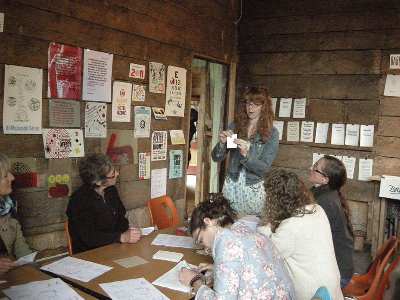 Le Dawson Daily News Print &amp; Publishing (imprimerie et publication) Festival est un &eacute;v&eacute;nement annuel qui c&eacute;l&egrave;bre la longue histoire de l&rsquo;imprimerie &agrave; Dawson. Il rassemble une vari&eacute;t&eacute; d&rsquo;artistes visuels locaux et d&rsquo;ailleurs, des &eacute;crivains et des &eacute;diteurs dans un esprit inclusif, collaboratif et innovateur.<br /><br />Le symposium, qui se d&eacute;roule chaque &eacute;t&eacute;, propose des ateliers, des discussions, des lectures, des d&eacute;monstrations d&rsquo;artistes et des concerts musicaux dans le b&acirc;timent du Dawson Daily News et aux alentours. Il est ouvert au public gratuitement.<br /><br />Pour plus de renseignements, contactez le Klondike Institute of Arts &amp; Culture (KIAC) au (867) 993-5005 ou <a href='http://www.dawsonprintfestival.com'>www.dawsonprintfestival.com</a>.<br /><br />Cr&eacute;dit photo : Michael MacLean
