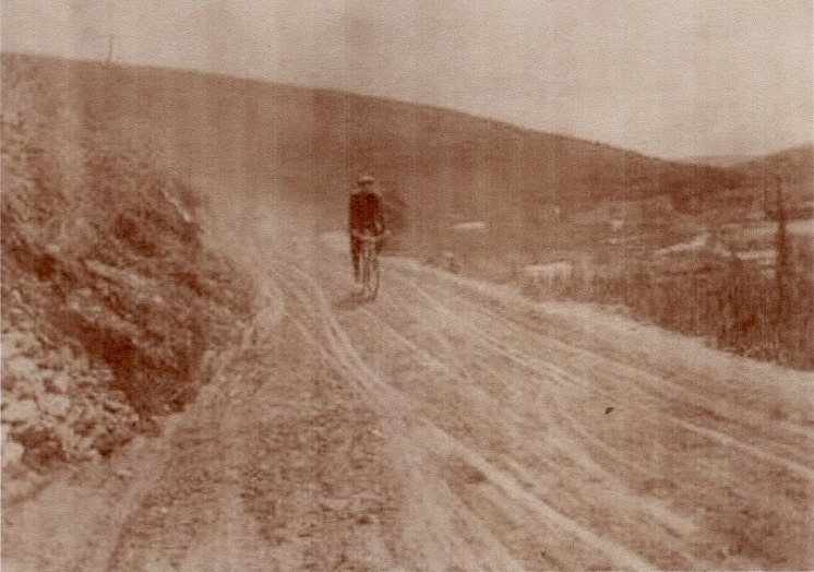 <p>Le second fils, Albert, travaillait lui aussi dans l&rsquo;imprimerie. Chaque jour, il distribuait les journaux dans les champs aurif&egrave;res. Bien que situ&eacute;s &agrave; seulement 30 ou 40 km de Dawson, ils &eacute;taient difficiles d&rsquo;acc&egrave;s.<br /><br />Les champs aurif&egrave;res et Dawson &eacute;taient deux mondes qui se c&ocirc;toyaient peu; la plupart des chercheurs d&rsquo;or ne venaient en ville qu&rsquo;une ou deux fois par an.<br /><br />Photo : Albert &agrave; v&eacute;lo<br />Cr&eacute;dit photo : Collection Yann Herry</p>