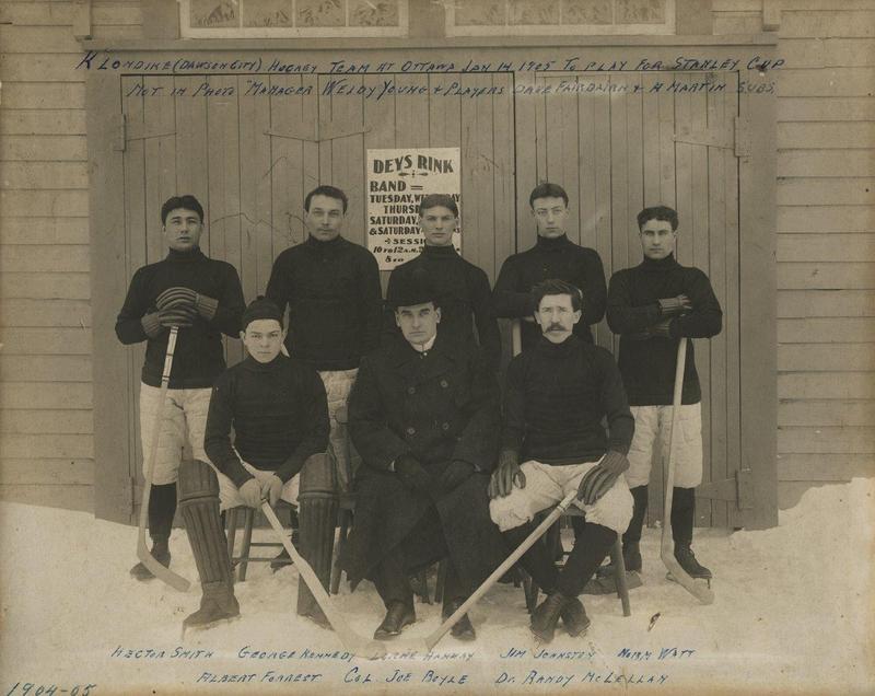 <p>Les fr&egrave;res Forrest se sont aussi d&eacute;marqu&eacute;s sur la sc&egrave;ne sportive locale. En 1905, Albert (en bas &agrave; gauche sur la photo) et son &eacute;quipe ont voyag&eacute; 25 jours, parcourant 7 000 km &agrave; pied, en tra&icirc;neau &agrave; chiens, en bateau et en train de Dawson jusqu&rsquo;&agrave; Ottawa pour participer &agrave; la Coupe Stanley. M&ecirc;me s&rsquo;ils ont perdu leur premi&egrave;re partie, leur long p&eacute;riple a fait parler d&rsquo;eux dans la presse. Alors &acirc;g&eacute; de 17 ans, Albert &eacute;tait le plus jeune gardien de but de cette coupe.<br /><br />Photo : &Eacute;quipe de hockey Klondike &agrave; la Coupe Stanley, 1905<br />Cr&eacute;dit photo : Archives du Yukon, fonds &Eacute;mile Forrest, 88/25, # 1</p>