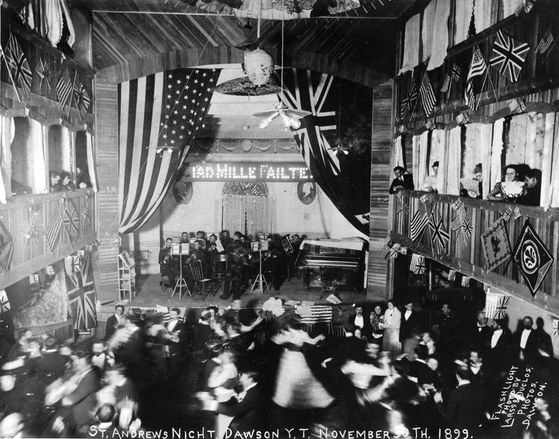 <p>La c&eacute;r&eacute;monie d&rsquo;ouverture du th&eacute;&acirc;tre Palace Grand a eu lieu en grande pompe en juillet 1899. Il a &eacute;t&eacute; construit par Arizona Charlie Meadows, un organisateur de spectacles de type Far West venu &agrave; Dawson pendant la Ru&eacute;e vers l&rsquo;or du Klondike.<br /><br />Des spectacles vari&eacute;s, allant de l&rsquo;op&eacute;ra aux spectacles sur le th&egrave;me du Far West, des m&eacute;lodrames victoriens ou encore des films muets y ont &eacute;t&eacute; pr&eacute;sent&eacute;s. Lorsqu&rsquo;une attraction manquait d&rsquo;entrain, Arizona montait lui-m&ecirc;me sur sc&egrave;ne pour accomplir quelques d&eacute;monstrations de tir, au grand plaisir du public&nbsp; jusqu&rsquo;au jour o&ugrave; il a arrach&eacute; le bout d&rsquo;un des doigts de sa femme en visant mal.<br /><br />Lorsque la ville s&rsquo;est vid&eacute;e de ses habitants, le th&eacute;&acirc;tre a &eacute;t&eacute; vendu, et il a connu plusieurs propri&eacute;taires avant d&rsquo;&ecirc;tre sauv&eacute; de la destruction par l&rsquo;Association des visiteurs du Klondike en 1959. Elle en a fait don &agrave; la Direction des parcs nationaux et monuments historiques du Canada qui l&rsquo;a r&eacute;nov&eacute; en 1960.<br /><br />Photo : Spectacle au Palace Grand, 1899<br />Cr&eacute;dit photo : Archives du Yukon, fonds Robert P. McLennan, # 6484</p>