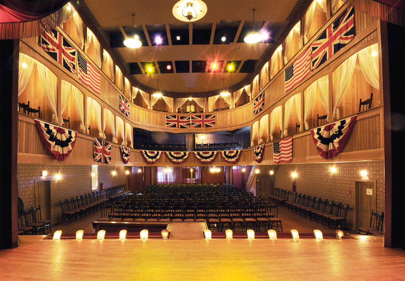 <p>L&rsquo;&eacute;tablissement propose aujourd&rsquo;hui des spectacles, du th&eacute;&acirc;tre, des com&eacute;dies et des films auxquels participent des artistes locaux, nationaux aussi bien qu&rsquo;internationaux. Le Palace Grand accueille aussi chaque ann&eacute;e le spectacle d&rsquo;ouverture du Dawson City Music Festival (Festival de musique de Dawson).<br /><br />Photo : Vue de l&rsquo;int&eacute;rieur du Palace Grand<br />Cr&eacute;dit photo : Parcs Canada, Michael MacLean</p>