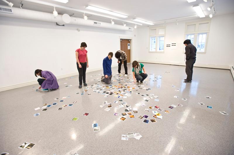 <p>Install&eacute;e dans l&rsquo;&eacute;cole SOVA, la galerie Confluence permet de pr&eacute;senter au public les &oelig;uvres des &eacute;tudiants, ainsi que celles des artistes locaux.<br /><br />Photo : &Eacute;tudiants installant une exposition<br />Cr&eacute;dit photo : SOVA</p>