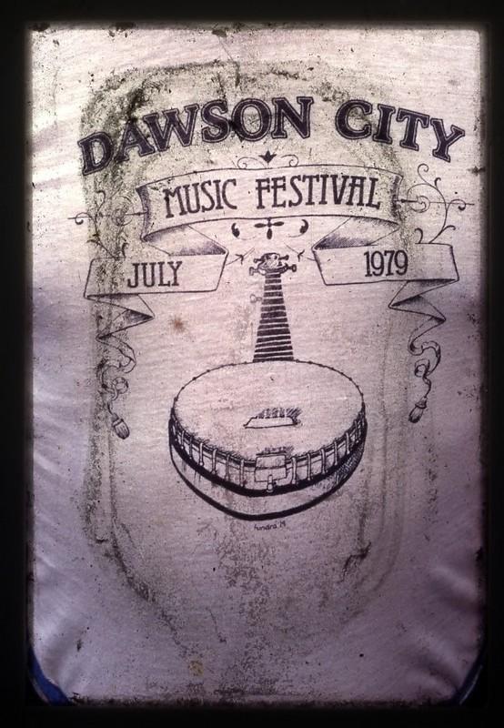 <p>Cr&eacute;&eacute; en 1979, le Dawson City Music Festival (DCMF) (Festival de musique de Dawson City) a &eacute;t&eacute; inspir&eacute; par le festival Frostbite qui a eu lieu la m&ecirc;me ann&eacute;e &agrave; Whitehorse et auquel des jeunes de Dawson avaient particip&eacute; quelques mois plus t&ocirc;t. Motiv&eacute;s par le d&eacute;sir d&rsquo;&eacute;couter de la musique, plus que par une quelconque id&eacute;e de d&eacute;veloppement touristique ou &eacute;conomique, ils ont d&eacute;cid&eacute; d&rsquo;organiser leur propre festival qui presque 40 ans plus tard continue d&rsquo;enchanter les locaux et les visiteurs.<br /><br />DCMF a repr&eacute;sent&eacute; le d&eacute;but d&rsquo;une nouvelle &egrave;re pour Dawson, car les personnes qui ont commenc&eacute; dans l&rsquo;organisation du festival se sont lanc&eacute;es par la suite dans la cr&eacute;ation de l&rsquo;Institut d&rsquo;art et culture du Klondike (KIAC), puis de l&rsquo;&eacute;cole d&rsquo;art SOVA. Le festival leur a permis de s&rsquo;outiller pour r&eacute;aliser leurs r&ecirc;ves les plus fous pour Dawson.<br /><br />Photo : Photo du premier t-shirt du festival, 1979<br />Cr&eacute;dit photo : DCMF</p>
