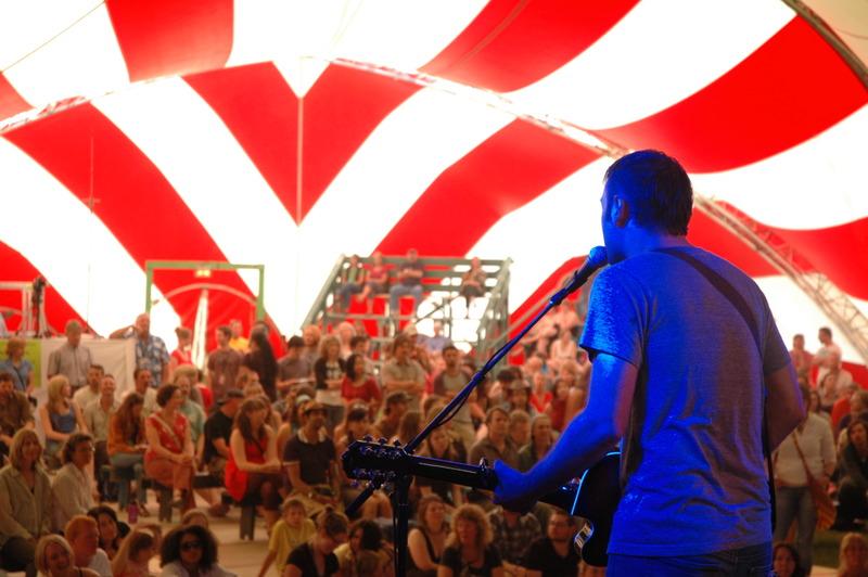 <p>Le festival, qui se d&eacute;roule chaque ann&eacute;e dans le parc Minto, a acquis une r&eacute;putation qui va bien au-del&agrave; des fronti&egrave;res du territoire; c&rsquo;est aujourd&rsquo;hui le plus grand festival de musique du Yukon. Il est r&eacute;put&eacute; pour avoir accueilli de nombreuses &laquo; grandes pointures &raquo; de la musique avant qu&rsquo;elles ne soient reconnues par le grand public.<br /><br />DCMF propose aussi une programmation de concerts toute l&rsquo;ann&eacute;e pour la communaut&eacute; de Dawson.<br /><br />Photo : Acorn &agrave; DCMF<br />Cr&eacute;dit photo : Aaron Woroniuk</p>