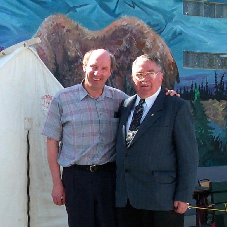 <p>Tout comme son p&egrave;re Antoine, Laurent a travaill&eacute; pendant quelque temps sur les bateaux du fleuve Yukon, puis a mont&eacute; une entreprise de transport, la premi&egrave;re &agrave; utiliser un camion au Yukon. Il &eacute;tait aussi reconnu comme un passionn&eacute; d&rsquo;histoire; il a &eacute;t&eacute; membre fondateur du Mus&eacute;e des transports du Yukon, de l&rsquo;Ordre des pionniers du Yukon et de la Yukon Historical and Museum Society qui a mis sur pied le mus&eacute;e MacBride.<br /><br />Photo : Laurent Cyr (&agrave; droite) lors du centenaire de la construction de l&#39;&eacute;glise Sacr&eacute; Coeur, 2000<br />Cr&eacute;dit photo : Coll. Yann Herry</p>