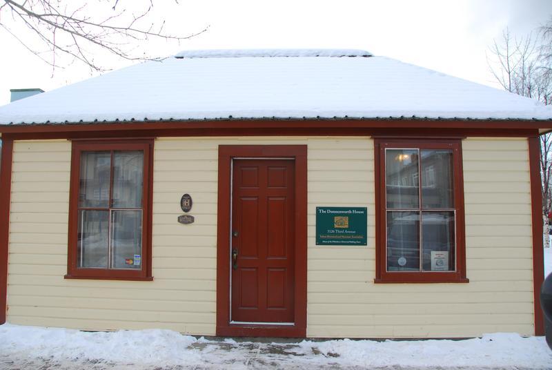 <p>Dans les ann&eacute;es 1960 et 1970, Happy LePage a v&eacute;cu avec sa famille dans la maison qui sert d&eacute;sormais de bureau &agrave; la Yukon Historical and Museum Association (Association des mus&eacute;es et de l&rsquo;histoire du Yukon).<br /><br />Cr&eacute;dit photo : Gouvernement du Yukon, d&eacute;partement des sites historiques</p>