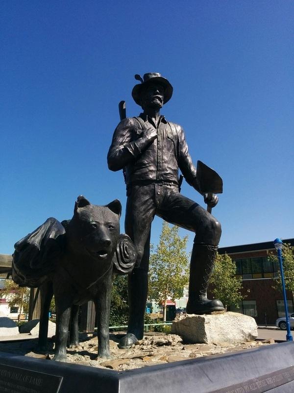 <p>Cette statue d&rsquo;un pionnier et son chien, cr&eacute;&eacute;e par l&rsquo;artiste yukonnais Chuck Buchanan, a &eacute;t&eacute; &eacute;rig&eacute;e en m&eacute;moire des aventuriers qui ont poursuivi leurs r&ecirc;ves jusque dans le Grand Nord.<br /><br />Cr&eacute;dit photo : Isabelle Bouffard</p>
