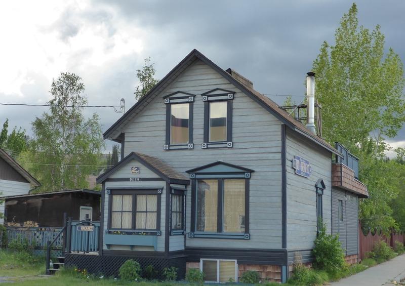 <p>La famille Cyr est bien connue des Yukonnais. Ses origines remontent &agrave; la Ru&eacute;e vers l&rsquo;or pendant laquelle les fr&egrave;res Michel (Mike) et Antoine (Tony) Cyr sont arriv&eacute;s du Nouveau-Brunswick. Ils sont devenus des Yukonnais bien &eacute;tablis, bien qu&rsquo;ils ne se soient jamais rendus &agrave; Dawson, leur destination finale.<br /><br />La vie professionnelle des fr&egrave;res &eacute;tait guid&eacute;e par les besoins de la communaut&eacute; de l&rsquo;&eacute;poque. &Agrave; leur arriv&eacute;e, ils se sont install&eacute;s &agrave; Canyon City en amont de Whitehorse, pour piloter les bateaux &agrave; travers le canyon Miles. Ils ont aussi d&eacute;bois&eacute; les abords du fleuve pour construire le tramway.<br /><br />Les fr&egrave;res Cyr ont construit cette maison en 1907 pour la famille McGee. La famille Cyr y a aussi r&eacute;sid&eacute; dans les ann&eacute;es 1910, apr&egrave;s les McGee.<br /><br />Cette maison abrite maintenant un Bed &amp; Breakfast et est class&eacute;e b&acirc;timent historique.<br /><br />Cr&eacute;dit photo : St&eacute;phanie Chevalier</p>