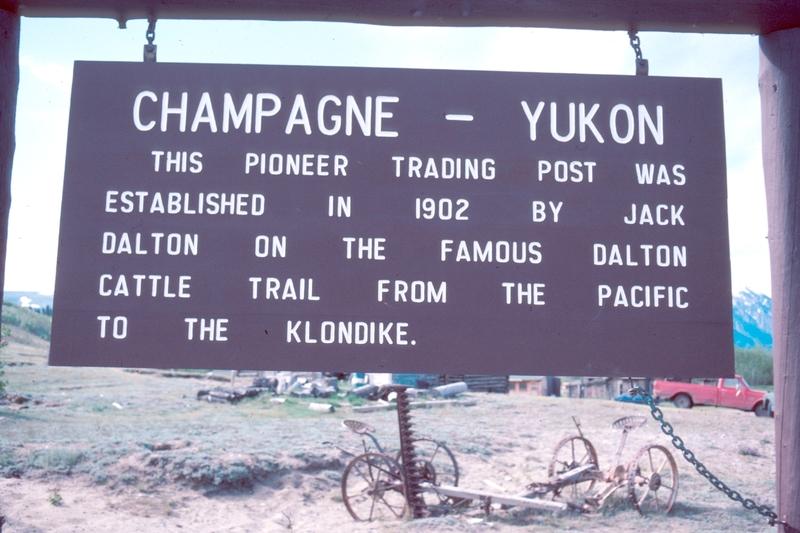<p>Champagne est un site qui a servi de lieu d&rsquo;arr&ecirc;t pendant des mill&eacute;naires pour les autochtones qui voyageaient entre le camp Hutchi et le camp de p&ecirc;che Klukshu dans la r&eacute;gion de Haines Junction. Son nom traditionnel est Shadh&auml;la qui signifie &laquo; montagnes ensoleill&eacute;es &raquo; en langue Tutchone du Sud.<br /><br />Au d&eacute;but du 20e si&egrave;cle, le pionnier Jack Dalton a construit un sentier auquel il a donn&eacute; son nom qui permettait aux chercheurs d&rsquo;or de voyager de Haines, en Alaska, jusqu&rsquo;au Klondike. Le sentier Dalton passait par le camp et un relais routier s&rsquo;y est install&eacute; pour h&eacute;berger et nourrir les voyageurs &agrave; longueur d&rsquo;ann&eacute;e.<br /><br />Le nom Champagne provient du prospecteur Paul Champlain qui a v&eacute;cu quelques mois au camp et l&rsquo;a baptis&eacute; Champlain Landing. La prononciation de son nom en langue autochtone est devenue Champagne et le nom est demeur&eacute;.<br /><br />Cr&eacute;dit photo : Gouvernement du Yukon</p>