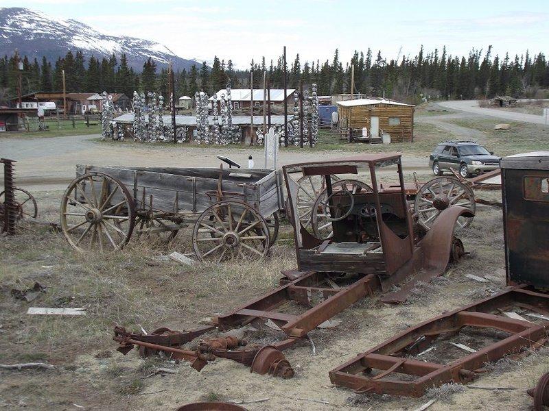 <p>La route de l&rsquo;Alaska d&rsquo;origine passait par le village &mdash; c&rsquo;est la route que vous avez emprunt&eacute;e pour vous y rendre. Son arriv&eacute;e a boulevers&eacute; le mode de vie de ses habitants, apportant des occasions &eacute;conomiques nouvelles, mais aussi la maladie qui a d&eacute;cim&eacute; certaines familles du village, histoire tristement commune dans beaucoup de communaut&eacute;s d&rsquo;Am&eacute;rique durant le si&egrave;cle dernier.<br /><br />Petit &agrave; petit, les familles autochtones ont d&eacute;m&eacute;nag&eacute; vers les centres d&rsquo;activit&eacute; plus importants tels que Whitehorse ou Haines Junction. Toutefois, certaines familles vivent encore ici. Au recensement de 2011, le village comptait 24 habitants.<br /><br />Photo : Art&eacute;facts au village de Champagne, 2011<br />Cr&eacute;dit photo : Murray Lundberg | explorenorth.com</p>