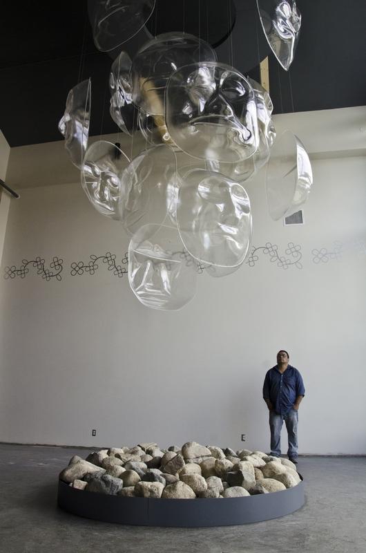 <p>Da Ku, qui signifie &laquo; notre maison &raquo; en Tutchone du Sud, a ouvert en 2012 avec pour mission de c&eacute;l&eacute;brer la culture et les traditions du peuple des Premi&egrave;res nations de Champagne et d&rsquo;Aishihik. Le centre culturel est un lieu d&rsquo;apprentissage et de rassemblement pour les membres de la Premi&egrave;re nation; c&rsquo;est aussi un lieu de rencontre avec les visiteurs.<br /><br />Le centre culturel h&eacute;berge le Centre d&rsquo;accueil du parc national Kluane et le Centre d&rsquo;information touristique du gouvernement du Yukon. Vous pourrez y admirer des &oelig;uvres traditionnelles et contemporaines d&rsquo;artistes locaux. De plus, Parcs Canada vous invite &agrave; d&eacute;couvrir le parc Kluane et l&rsquo;histoire mill&eacute;naire des habitants de la r&eacute;gion &agrave; travers des expositions captivantes et des art&eacute;facts, des tiroirs-d&eacute;couvertes, des jeux interactifs et une vid&eacute;o fascinante.<br /><br />Photo : &OElig;uvre de Doug Smarch<br />Cr&eacute;dit photo : St&eacute;phanie Chevalier</p>