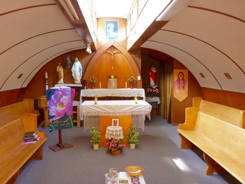 <p>Le p&egrave;re oblat Morisset est arriv&eacute; dans la r&eacute;gion en 1943 pour servir de missionnaire avec l&rsquo;arm&eacute;e am&eacute;ricaine. Lui et le p&egrave;re Tanguay ont construit l&rsquo;&eacute;glise catholique Our Lady of the Way en 1955, en r&eacute;utilisant une &laquo; hutte Quonset &raquo;. Ces huttes &eacute;taient b&acirc;ties par l&rsquo;arm&eacute;e navale am&eacute;ricaine de Quonset Point au Rhode Island et &eacute;taient largement utilis&eacute;es durant la Seconde Guerre mondiale.<br /><br />Le p&egrave;re Morisset voulait ajouter des fen&ecirc;tres dans le toit et le p&egrave;re Tanguay, pr&eacute;occup&eacute; par le poids de la neige, a sugg&eacute;r&eacute; leur forme de lanterneau. Ils ont utilis&eacute; des poutres de vieux ponts pour construire la charpente du b&acirc;timent.<br /><br />Cr&eacute;dit photo : St&eacute;phanie Chevalier</p>