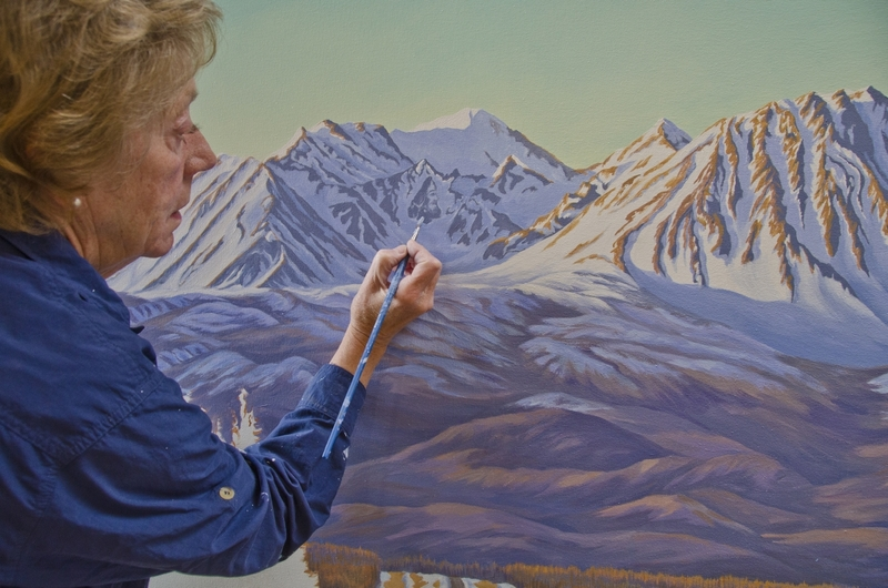 <p>Libby Dulac et son mari Claude, d&rsquo;origine fran&ccedil;aise et d&eacute;c&eacute;d&eacute; en 2015, ont aid&eacute; les pr&ecirc;tres &agrave; s&rsquo;occuper de l&rsquo;&eacute;glise pendant plus de 40 ans. Claude &eacute;tait arriv&eacute; de France en 1974; Libby, quant &agrave; elle, est une artiste renomm&eacute;e de la r&eacute;gion qui sait peindre les montagnes de Kluane comme &agrave; nulle autre pareille.<br /><br />Photo : Libby Dulac en train de peindre<br />Cr&eacute;dit photo : Gouvernement du Yukon</p>