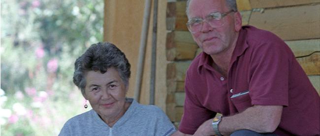 <p>L&rsquo;histoire des Jacquot &agrave; Silver City ne s&rsquo;est pas termin&eacute;e avec la Ru&eacute;e vers l&rsquo;or. En 1972, Jos&eacute;phine (Josie), fille de Louis Jacquot, est venue s&rsquo;installer ici avec son mari Franck Sias, au bord du lac. Franck a construit des cabines avec son fils Doug dans les ann&eacute;es qui ont suivi, et ils ont ouvert le Kluane B &amp; B. Depuis, trois g&eacute;n&eacute;rations ils se sont occup&eacute;es du B &amp; B; aujourd&rsquo;hui, c&rsquo;est Pauly, l&rsquo;arri&egrave;re-petite-fille de Louis Jacquot qui reprend petit &agrave; petit le flambeau.<br /><br />Photo : Josie et Franck Sias devant une des cabines du B &amp; B, ann&eacute;es 1980<br />Cr&eacute;dit photo : Vivien Lougheed | chickenbustales.com</p>