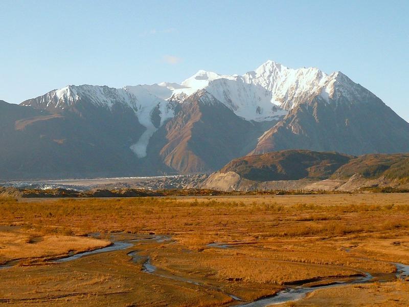 <p>Le parc national Kluane a &eacute;t&eacute; cr&eacute;&eacute; en 1974, et d&eacute;clar&eacute; r&eacute;serve de parc national en 1976. D&rsquo;une superficie de 21&thinsp;980 km2, le relief du parc est domin&eacute; par les montagnes et la glace qui compose 82 % de sa superficie. Il abrite aussi la population de grizzlis la plus diversifi&eacute;e sur le plan g&eacute;n&eacute;tique d&rsquo;Am&eacute;rique du Nord.<br /><br />Cr&eacute;dit photo : St&eacute;phanie Chevalier</p>