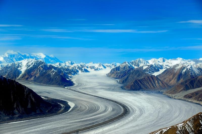 <p>Le parc national et r&eacute;serve de parc national Kluane, les parcs nationaux Wrangell-St Elias et Glacier Bay en Alaska, et le parc Tatshenshini-Alsek en Colombie-Britannique forment l&rsquo;aire prot&eacute;g&eacute;e internationale la plus vaste du monde. Ils sont reconnus et prot&eacute;g&eacute;s par la Convention du patrimoine mondial de l&rsquo;UNESCO en tant qu&rsquo;espaces sauvages exceptionnels d&rsquo;importance mondiale.<br /><br />D&rsquo;une superficie de 97&thinsp;520 km2, Kluane/Wrangell-St Elias/Glacier Bay/Tatshenshini-Alsek constituent aussi le plus grand champ de glace &agrave; l&rsquo;ext&eacute;rieur des calottes polaires, et offre des exemples de glaciers les plus longs et les plus spectaculaires au monde.<br /><br />Cr&eacute;dit photo : Hans-Gerhard Pfaff</p>