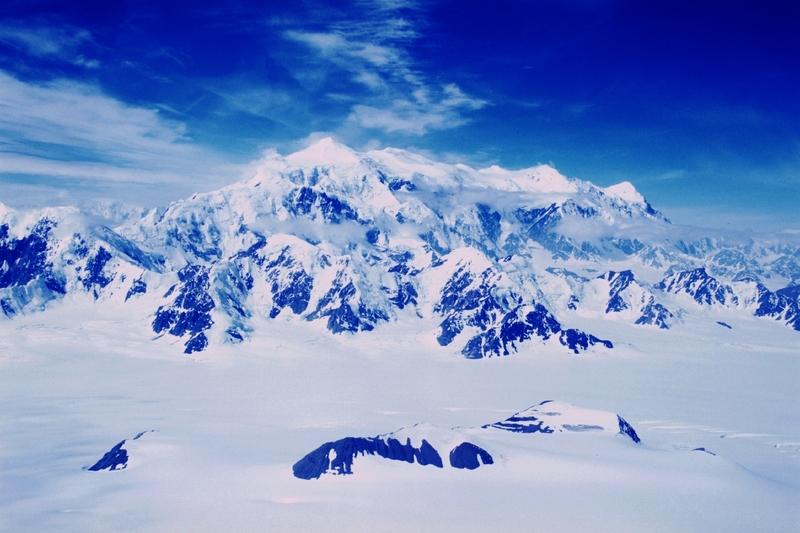<p>Le parc Kluane abrite le plus haut sommet du Canada, le mont Logan &agrave; 5&thinsp;959 m, ainsi que dix-sept des vingt plus hauts sommets du Canada.<br /><br />Le massif Logan serait celui qui poss&egrave;de la plus grande circonf&eacute;rence sur la Terre. Il compte en effet onze sommets qui &eacute;mergent d&rsquo;un bloc colossal de roc et de glace, et s&rsquo;&eacute;l&egrave;vent tous &agrave; plus de 5&thinsp;000 m&egrave;tres au-dessus du niveau de la mer.<br /><br />Le mont Logan se situe au centre des monts St Elias qui comptent deux cha&icirc;nes montagneuses. &Agrave; l&rsquo;est, les cha&icirc;nons de Kluane, dont la hauteur moyenne est de 2&thinsp;500 m&egrave;tres d&rsquo;altitude, sont visibles de la route de Haines et de la route de l&rsquo;Alaska. &Agrave; l&rsquo;ouest, les pics des cha&icirc;nons escarp&eacute;s Icefield atteignent en moyenne 5&thinsp;000 m.<br /><br />Cr&eacute;dit photo : Gouvernement du Yukon</p>