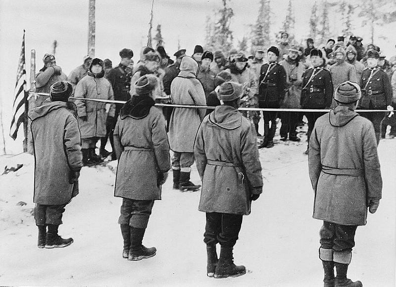 <p>Le sommet du soldat (Soldier&rsquo;s Summit) est l&rsquo;endroit o&ugrave; a &eacute;t&eacute; officiellement inaugur&eacute;e le 20 novembre 1942 la route militaire Alcan (fusion de Alaska-Canada), nom original de l&rsquo;actuelle route de l&rsquo;Alaska,.<br /><br />Cet endroit, d&eacute;sign&eacute; en m&eacute;moire des soldats qui ont construit la route de l&rsquo;Alaska, nous donne une id&eacute;e de ce &agrave; quoi ressemblait la route d&rsquo;origine. On peut en effet apercevoir une portion de l&rsquo;ancienne route escarp&eacute;e, et imaginer les conditions dans lesquelles les fr&egrave;res Jacquot et autres voyageurs se d&eacute;pla&ccedil;aient &agrave; l&rsquo;&eacute;poque.<br /><br />Photo : C&eacute;r&eacute;monie d&rsquo;inauguration de la route Alcan au sommet du soldat<br />Cr&eacute;dit photo : Library of Congress Prints and Photographs Division Washington, D.C.</p>