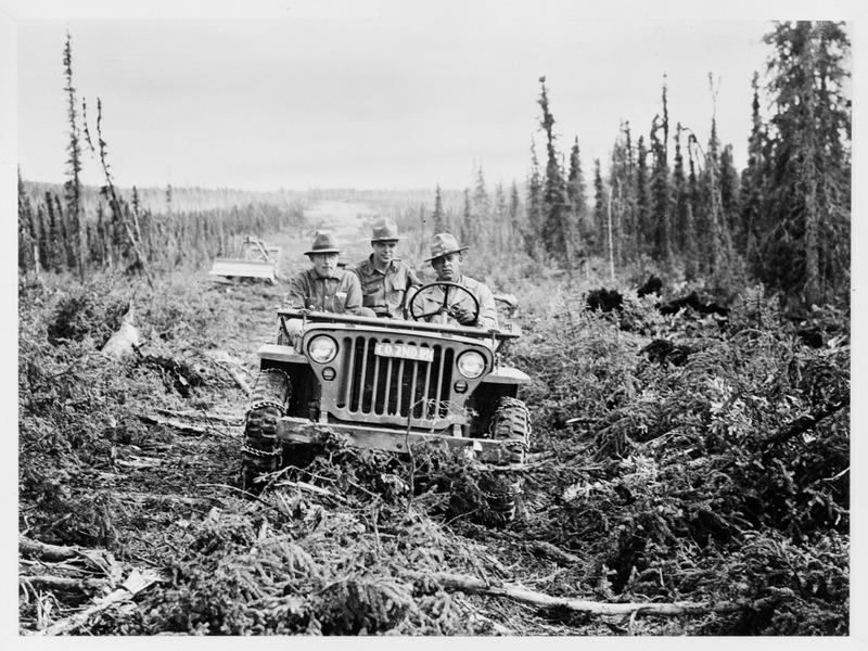 <p>La route de l&rsquo;Alaska est une route strat&eacute;gique militaire qui a &eacute;t&eacute; construite pour relier l&rsquo;Alaska au reste du continent am&eacute;ricain en 1942, en pleine Seconde Guerre mondiale, alors que le Japon occupait les &icirc;les al&eacute;outiennes.<br /><br />Longue de 2&thinsp;451 km, elle a &eacute;t&eacute; construite par le g&eacute;nie de l&rsquo;arm&eacute;e des &Eacute;tats-Unis en un temps record de huit mois, entre Dawson Creek (Colombie-Britannique) et Delta Junction (Alaska). Dans la r&eacute;gion de Kluane, elle a suivi le trac&eacute; de la route &agrave; wagons de Kluane. Elle a ensuite &eacute;t&eacute; constamment am&eacute;lior&eacute;e, pour devenir la route que nous connaissons aujourd&rsquo;hui, enti&egrave;rement asphalt&eacute;e.<br /><br />Photo : Premier v&eacute;hicule &agrave; parcourir la route de l&rsquo;Alaska, 1942<br />Cr&eacute;dit photo : Library of Congress Prints and Photographs Division Washington, D.C.</p>