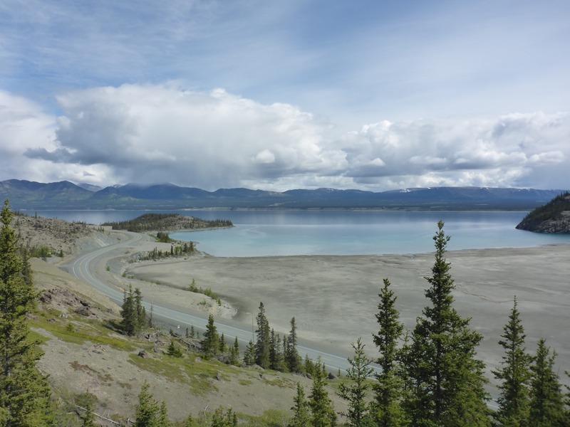 <p>Vous pouvez vous promener &agrave; pied sur le sentier de 42 qui est un tron&ccedil;on d&rsquo;origine de la route de l&rsquo;Alaska. Il vous m&egrave;nera vers la plaque comm&eacute;morative des soldats am&eacute;ricains qui ont b&acirc;ti la route, tout en admirant le lac et les alentours. Le sentier, long d&rsquo;un kilom&egrave;tre, se parcourt en 30 &agrave; 60 minutes, et est ponctu&eacute; de panneaux interpr&eacute;tatifs en anglais, illustr&eacute;s de photos d&rsquo;&eacute;poque.<br /><br />Photo : Lac Kluane vu du sentier de 42<br />Cr&eacute;dit photo : St&eacute;phanie Chevalier</p>