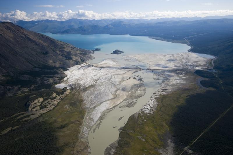 <p>Le lac Kluane est le plus grand lac du Yukon, long de 81 km et d&rsquo;une superficie de 408 km2.<br /><br />Dans la langue des Tuchtones du Sud, le lac Kluane se dit &laquo; &ntilde;&ugrave;&rsquo;&agrave;n Ma&dagger;n &raquo;, ce qui signifie &laquo; lac o&ugrave; abonde le poisson &raquo;. Les Tlingits du littoral, quant &agrave; eux, avaient surnomm&eacute; la r&eacute;gion &laquo; &ugrave;xh-&agrave;ni &raquo; qui veut dire &laquo; pays de saumons &raquo;. Kluane (Kloo-wah-nee) vient de ces deux termes autochtones.<br /><br />Il y a environ 300 &agrave; 400 ans, le courant du lac a &eacute;t&eacute; invers&eacute; quand le glacier Kaskawulsh a bloqu&eacute; la rivi&egrave;re Slim o&ugrave; il se drainait. Le niveau de l&rsquo;eau a alors mont&eacute; de dix m&egrave;tres, et le lac qui se d&eacute;versait jusqu&rsquo;alors dans le golfe de l&rsquo;Alaska vers le sud s&rsquo;est fray&eacute; un chemin jusqu&rsquo;au d&eacute;troit de B&eacute;ring, dix fois plus loin. Lorsque le glacier a recul&eacute;, le lac a gard&eacute; son nouvel itin&eacute;raire et son cours a &eacute;t&eacute; alt&eacute;r&eacute; de fa&ccedil;on permanente.<br /><br />Au printemps 2016, le glacier Kaskawulsh a tellement recul&eacute; que ses eaux fondues se sont d&eacute;vers&eacute;es dans une autre vall&eacute;e, ass&eacute;chant de fa&ccedil;on impressionnante la rivi&egrave;re Slim et le niveau d&rsquo;eau du lac Kluane. Ce ph&eacute;nom&egrave;ne naturel alt&eacute;rera sans doute le paysage environnant pour les prochains si&egrave;cles.<br /><br />La route de l&rsquo;Alaska traverse ce qui reste de la rivi&egrave;re Slim pr&egrave;s de l&rsquo;entr&eacute;e du parc.<br /><br />Photo : La rivi&egrave;re Slim et le lac Kluane<br />Cr&eacute;dit photo : Gouvernement du Yukon, Rich Wheater</p>