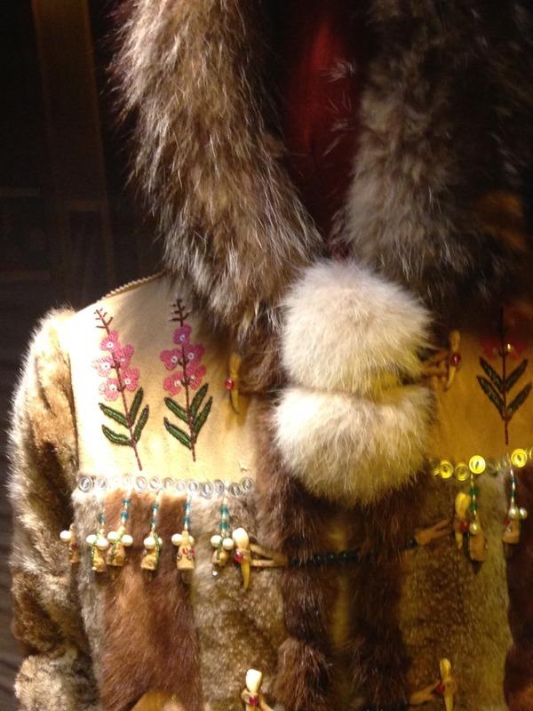 <p>Le mus&eacute;e pr&eacute;sente plus de 70 animaux, oiseaux et poissons natifs du Yukon dans une mise en sc&egrave;ne r&eacute;aliste qui ressemble &agrave; leur habitat naturel.<br /><br />Il exhibe aussi une collection d&rsquo;art&eacute;facts, de v&ecirc;tements et d&rsquo;outils du peuple Tutchone du Sud. Des objets d&rsquo;artisanat local sont &eacute;galement en vente &agrave; l&rsquo;accueil du mus&eacute;e.<br /><br />Le mus&eacute;e est ouvert du 15 mai au 15 septembre, de 9 h &agrave; 18 h 30. Pour toute information : kluanemuseum.ca&nbsp; ou 867-841-5561<br /><br />Photo : Veste de la collection du Mus&eacute;e de Kluane<br />Cr&eacute;dit photo : St&eacute;phanie Chevalier</p>