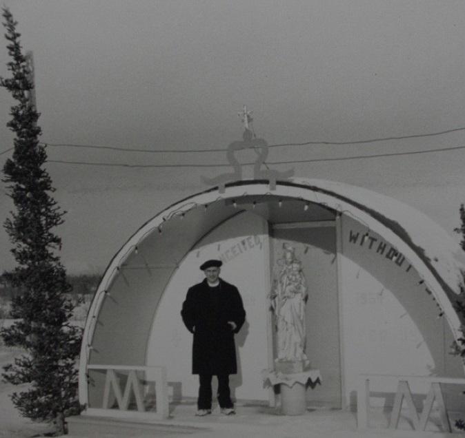 <p>Le p&egrave;re Eus&egrave;be Morisset a voyag&eacute; vers le nord en 1944 pour servir comme chapelain avec l&rsquo;arm&eacute;e am&eacute;ricaine. Il &eacute;tait alors responsable de la zone qui s&rsquo;&eacute;tendait de Whitehorse &agrave; la fronti&egrave;re avec l&rsquo;Alaska. Il a v&eacute;cu et travaill&eacute; dans la r&eacute;gion jusqu&rsquo;en 1964; pendant cette p&eacute;riode, il visitait les missions de Champagne, Snag, Aishihik et Beaver Creek chaque mois pendant deux &agrave; trois jours.<br /><br />Le p&egrave;re Morisset a &eacute;t&eacute; tr&egrave;s impliqu&eacute; dans les affaires locales; il a notamment envoy&eacute; de nombreuses p&eacute;titions aux Affaires indiennes du gouvernement f&eacute;d&eacute;ral pour annuler l&rsquo;interdiction de chasser dans la r&eacute;serve faunique &agrave; la fin des ann&eacute;es 1940.<br /><br />Photo : P&egrave;re Morisset &agrave; Burwash Landing<br />Cr&eacute;dit photo : Mission des p&egrave;res Oblats de Marie immacul&eacute;e</p>
