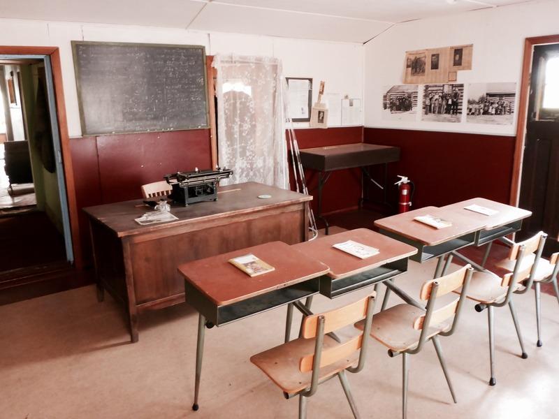 <p>Le p&egrave;re Morisset a aussi ouvert une &eacute;cole dans l&rsquo;&eacute;glise de Burwash, o&ugrave; il a enseign&eacute; dans les ann&eacute;es 1940 et 1950.<br /><br />Des missionnaires de Burwash Landing, Fred et Margaret O&rsquo;Brien, ont mis en sc&egrave;ne la salle de classe au d&eacute;but des ann&eacute;es 1990 afin que le public puisse la visiter.<br /><br />Photo : Salle de classe de l&rsquo;&eacute;glise de Burwash<br />Cr&eacute;dit photo : St&eacute;phanie Chevalier</p>