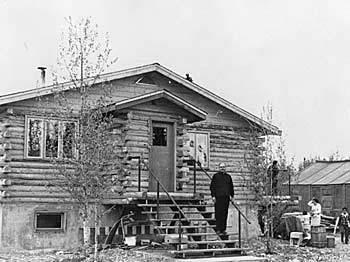 <p>Le p&egrave;re oblat Henk Huijbers (n&eacute; en Hollande) &eacute;tait reconnu pour ses talents de constructeur autant que pour ses services religieux. Il a b&acirc;ti ou a &eacute;t&eacute; un instrument dans la construction de nombreuses &eacute;glises du Yukon et du nord de la Colombie-Britannique.<br /><br />Il aimait collectionner les objets historiques et culturels, si bien qu&rsquo;il a d&eacute;velopp&eacute; des expositions dans ses anciens quartiers, jusqu&rsquo;&agrave; ce que la collection devienne trop imposante et serve pour le Mus&eacute;e d&rsquo;histoire naturelle de Kluane.<br /><br />Photo : P&egrave;re Huijbers devant le presbyt&egrave;re qu&rsquo;il a construit &agrave; Burwash Landing<br />Cr&eacute;dit photo : Archives du Yukon, Fonds Henk Huijbers, 98/30 # 41, PHO 97</p>