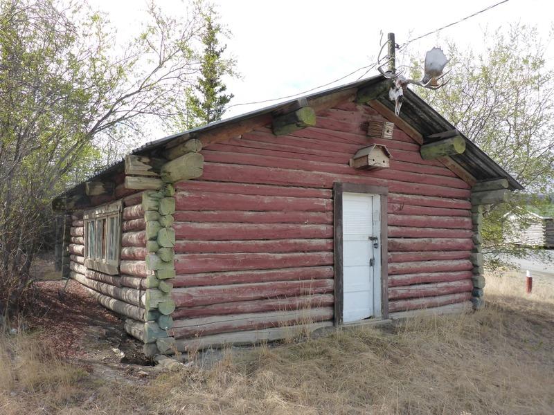 <p>Cette cabine, construite par Louis Jacquot vers 1939, a &eacute;t&eacute; le foyer de la famille Saunders au d&eacute;but des ann&eacute;es 1950. Le couple et ses sept enfants provenaient de l&rsquo;Alabama; ils ont fait&nbsp; partie de la premi&egrave;re famille d&rsquo;Afro-Am&eacute;ricains &agrave; s&rsquo;&eacute;tablir dans la r&eacute;gion, alors que le p&egrave;re Jack travaillait comme arpenteur-g&eacute;om&egrave;tre sur la route de l&rsquo;Alaska.<br /><br />Photo : Cabine Moose Horn<br />Cr&eacute;dit photo : St&eacute;phanie Chevalier</p>