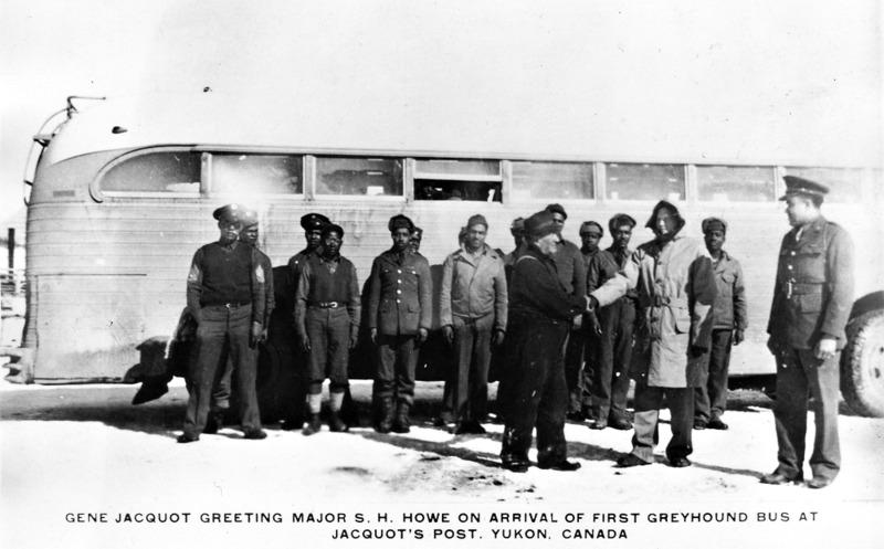 <p>L&rsquo;arm&eacute;e am&eacute;ricaine n&rsquo;&eacute;tait pas confiante dans les capacit&eacute;s des Afro-Am&eacute;ricains &agrave; travailler en Arctique. Mais elle avait tant besoin de main-d&rsquo;&oelig;uvre pour la construction de la route de l&rsquo;Alaska que les soldats noirs (3&thinsp;695) ont repr&eacute;sent&eacute; un tiers des effectifs enr&ocirc;l&eacute;s pour cette mission.<br /><br />Photo : Eug&egrave;ne Jacquot accueille des soldats noirs au Burwash Landing Resort<br />Cr&eacute;dit photo : Archives du Yukon, Fonds Al Tomlin, 92/30 # 3, PHO 434</p>