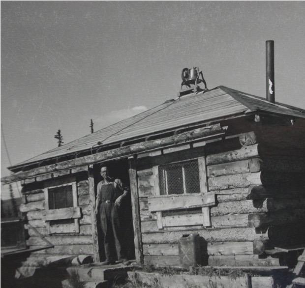 <p>Le p&egrave;re Rigaud est arriv&eacute; &agrave; Snag en 1948 o&ugrave; il a construit une chapelle, un presbyt&egrave;re et une cabine pour lui-m&ecirc;me avec l&rsquo;aide du fr&egrave;re Soucy. Bien qu&rsquo;il n&rsquo;&eacute;tait pas enseignant, il a prioris&eacute; l&rsquo;&eacute;ducation des enfants du village, et a commenc&eacute; les classes sur un mod&egrave;le adapt&eacute; au mode de vie de la Premi&egrave;re nation White River. Ce syst&egrave;me, baptis&eacute; l&rsquo;&eacute;cole saisonni&egrave;re, permettait aux &eacute;l&egrave;ves d&rsquo;&ecirc;tre scolaris&eacute;s pendant&nbsp; cinq &agrave; six mois de l&rsquo;ann&eacute;e, puis de continuer &agrave; se d&eacute;placer dans les diff&eacute;rents camps de chasse et de p&ecirc;che avec leurs parents en fonction des saisons.<br /><br />Jusqu&rsquo;&agrave; la fin de ses jours, le p&egrave;re Rigaud a regrett&eacute; que le gouvernement n&rsquo;ait pas choisi ce mod&egrave;le d&rsquo;&eacute;ducation pour les Premi&egrave;res nations du Yukon. Cela aurait pu &eacute;viter les traumatismes produits par les pensionnats obligatoires, o&ugrave; de nombreux enfants autochtones ont &eacute;t&eacute; envoy&eacute;s, coup&eacute;s de leurs familles et de leur culture.<br /><br />&laquo; Nous vivions comme eux, nous mangions comme eux, et nous allions dans la nature comme eux. Nous &eacute;tions avec eux &raquo;, disait-il dans ses derni&egrave;res ann&eacute;es, avant de d&eacute;c&eacute;der en 2014.<br /><br />Photo : P&egrave;re Rigaud devant l&rsquo;&eacute;glise de Snag<br />Cr&eacute;dit photo : Mission des Oblats de Marie immacul&eacute;e</p>