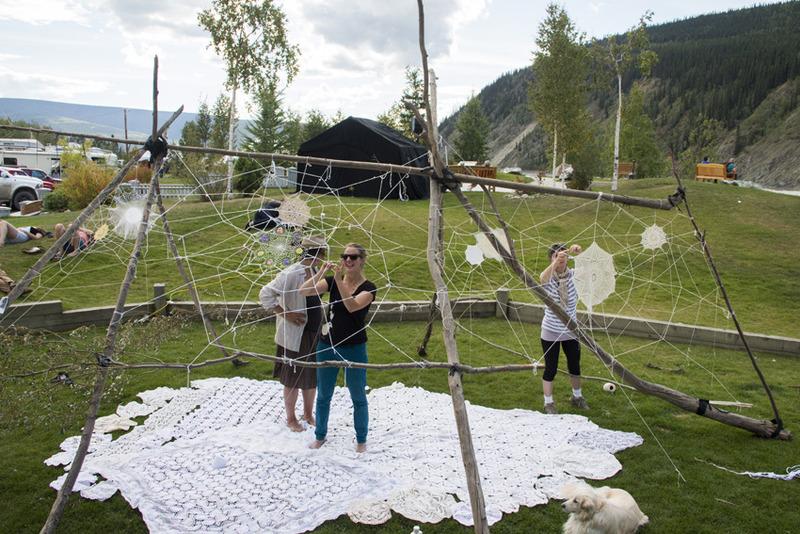 <p>Yukon Riverside Arts Festival offre une programmation &eacute;clectique d&rsquo;art du Yukon et d&rsquo;ailleurs durant la fin de semaine du Jour de la D&eacute;couverte &agrave; la mi-ao&ucirc;t. Cet &eacute;v&eacute;nement permet &agrave; la communaut&eacute; et aux visiteurs d&rsquo;interagir directement avec les arts et les artistes et d&rsquo;explorer leur cr&eacute;ativit&eacute;.<br /><br />Le festival se d&eacute;roule le long du fleuve et autour de la ville, et accueille des artistes traditionnels et contemporains pour une vari&eacute;t&eacute; d&rsquo;&eacute;v&eacute;nements tels des expositions, des ateliers, des concerts, des performances, etc. La majorit&eacute; des activit&eacute;s sont gratuites.<br /><br />Photo : Cr&eacute;ation le long du fleuve<br />Cr&eacute;dit photo : Michael MacLean</p>