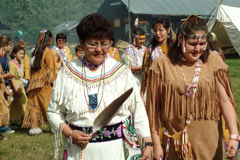 <p>La Premi&egrave;re nation Tr&rsquo;ond&euml;k Hw&euml;ch&rsquo;in a d&eacute;pos&eacute; une candidature &agrave; l&rsquo;UNESCO pour que la r&eacute;gion devienne un patrimoine mondial. Ce nom d&eacute;signe la double culture de la r&eacute;gion : Tr&#39;ond&euml;k pour l&rsquo;h&eacute;ritage traditionnel des Premi&egrave;res nations, et Klondike pour l&rsquo;histoire de la Ru&eacute;e vers l&rsquo;or de la fin du 20e si&egrave;cle. Le territoire concern&eacute; s&rsquo;&eacute;tend le long du fleuve Yukon et de la rivi&egrave;re Klondike sur plusieurs kilom&egrave;tres autour de Dawson. Il s&rsquo;agit de faire reconna&icirc;tre ce site culturel en constante &eacute;volution jusqu&rsquo;&agrave; aujourd&rsquo;hui, qui a &eacute;t&eacute; impact&eacute;e par l&rsquo;homme de fa&ccedil;ons tr&egrave;s diverses au fil des ann&eacute;es, entre les activit&eacute;s traditionnelles des autochtones et les mines d&rsquo;or. La r&eacute;ponse devrait arriver d&rsquo;ici 2017. Souhaitons-leur bonne chance!<br /><br />Cr&eacute;dit photo : Gouvernement du Yukon</p>
