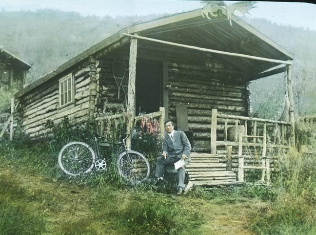 Robert Service est arriv&eacute; au Yukon en 1904; il s&rsquo;est d&rsquo;abord install&eacute; &agrave; Whitehorse, o&ugrave; il a travaill&eacute; comme banquier. C&rsquo;est alors qu&rsquo;il a commenc&eacute; &agrave; composer ses po&egrave;mes inspir&eacute;s par la nature indompt&eacute;e et la vie locale.<br /><br />Il a &eacute;t&eacute; mut&eacute; &agrave; Dawson en 1908, o&ugrave; il a &eacute;crit deux recueils de po&egrave;mes qui ont fait sa renomm&eacute;e. Gr&acirc;ce &agrave; ce succ&egrave;s, il a pu d&eacute;missionner de la banque et se consacrer &agrave; temps plein &agrave; la cr&eacute;ation dans cette cabane en rondins. Il a quitt&eacute; le Yukon en 1912 pour travailler au Toronto Star.<br /><br />Anglais avec des origines &eacute;cossaises et fran&ccedil;aises datant de la R&eacute;forme, Robert Service a d&eacute;velopp&eacute; un attachement au monde francophone. Il s&rsquo;est install&eacute; plus tard en France avec sa femme fran&ccedil;aise, Germaine Bourgoin, et y a v&eacute;cu jusqu&rsquo;&agrave; sa mort.<br /><br />Cr&eacute;dit photo : Archives du Yukon, fonds Martha Louise Black, # 3288