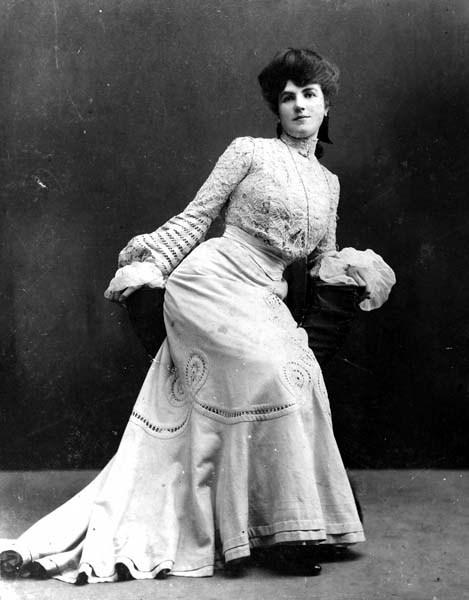 <p>Klondike Kate a marqu&eacute; son &eacute;poque comme danseuse et actrice de vaudeville durant la Ru&eacute;e vers l&rsquo;or du Klondike. Elle est devenue c&eacute;l&egrave;bre pour ses danses os&eacute;es pour l&rsquo;&eacute;poque qui en faisaient la favorite des mineurs.<br /><br />N&eacute;e Kathleen Eloisa Rockwell, elle a grandi dans une famille cossue am&eacute;ricaine. Son esprit rebelle et aventurier et son amour pour la musique et la danse l&rsquo;ont men&eacute;e au Yukon en 1899, o&ugrave; elle a connu un grand succ&egrave;s. Elle a quitt&eacute; le Yukon en 1902. Par la suite, sa carri&egrave;re a rencontr&eacute; des hauts et des bas, mais elle a toujours &eacute;t&eacute; reconnue pour sa g&eacute;n&eacute;rosit&eacute; partout o&ugrave; elle a v&eacute;cu.<br /><br />Cr&eacute;dit photo : Archives du Yukon, fonds E.H. Jones, # 7</p>