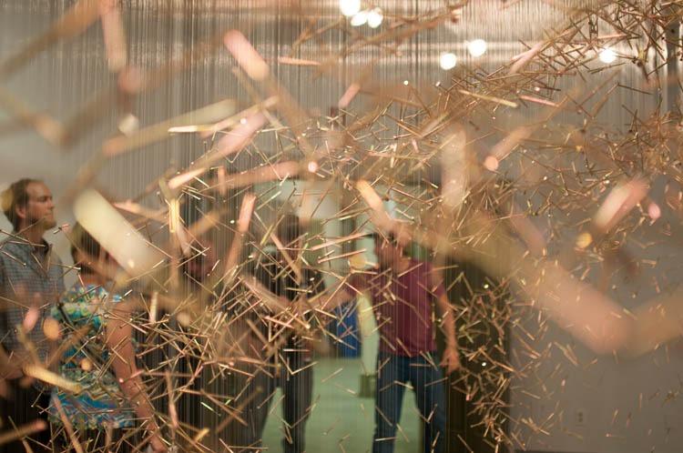 <p>Le Klondike Institute of Arts &amp; Culture (KIAC) (Institut d&rsquo;art et de culture du Klondike) a &eacute;t&eacute; cr&eacute;&eacute; par des membres de la communaut&eacute; qui souhaitaient voir l&rsquo;art au centre de la vie locale. Depuis ses d&eacute;buts en 1998, l&rsquo;association a d&eacute;velopp&eacute; une palette d&rsquo;activit&eacute;s et d&rsquo;&eacute;v&eacute;nements avec un point commun : l&rsquo;&eacute;ducation artistique.<br /><br />KIAC organise notamment des r&eacute;sidences d&rsquo;artistes depuis 2001. Jusqu&rsquo;&agrave; maintenant, le programme a accueilli plus de 220 artistes visuels, musiciens et cin&eacute;astes, qui r&eacute;sident dans la maison historique Macaulay et &eacute;duquent la communaut&eacute; locale &agrave; l&rsquo;art contemporain tout en d&eacute;couvrant eux-m&ecirc;mes la vie dans le Nord.<br /><br />La vie culturelle et artistique du village doit notamment son succ&egrave;s &agrave; sa nature interg&eacute;n&eacute;rationnelle. Les initiateurs de projets, comme KIAC, continuent aujourd&rsquo;hui &agrave; contribuer &agrave; la vie culturelle de la ville. L&rsquo;Institut re&ccedil;oit chaque ann&eacute;e des jeunes qui apportent un souffle nouveau et qui d&eacute;cident souvent de rester &agrave; Dawson ou bien d&rsquo;exporter les connaissances qu&rsquo;ils ont acquises.<br /><br />Photo : Exposition de Paul Griffin, The Natural &amp; The Manufactured<br />Cr&eacute;dit photo : Aaron Woroniuk</p>