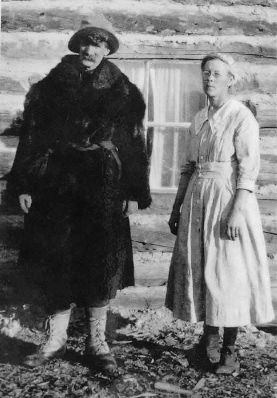 En 1909, Charles McConnell est devenu le postier de Robinson et madame Markell s&rsquo;occupait de l&rsquo;auberge de Robinson que son mari avait construite. McConnell avait quitt&eacute; l&rsquo;&Icirc;le-du-Prince-&Eacute;douard, o&ugrave; il &eacute;tait un halt&eacute;rophile bien connu, pour chercher de l&rsquo;or durant la ru&eacute;e du Klondike. Dans ses jeunes ann&eacute;es, il aimait amuser les visiteurs en lan&ccedil;ant des traverses de chemin de fer tr&egrave;s lourdes dans les airs.<br /><br />Il s&rsquo;est install&eacute; &agrave; Robinson et a d&eacute;velopp&eacute; le premier ranch yukonnais; il est &eacute;galement consid&eacute;r&eacute; comme le premier habitant de la communaut&eacute; de Mont Lorne.<br />Alors que beaucoup de prospecteurs ont quitt&eacute; la r&eacute;gion durant la Premi&egrave;re Guerre mondiale et que le bureau de poste de Robinson avait ferm&eacute; ses portes, McConnell, lui, a d&eacute;cid&eacute; de rester. Sa vie a &eacute;t&eacute; fort occup&eacute;e, entre son ranch et l&rsquo;auberge. Il d&eacute;pla&ccedil;ait son troupeau de b&oelig;ufs dans la vall&eacute;e et les prairies alpines du district, puis le ramenait au ranch durant l&rsquo;hiver. Il poss&eacute;dait &eacute;galement une scierie, un &eacute;levage de visons dont la fourrure &eacute;tait tr&egrave;s pris&eacute;e &agrave; l&rsquo;&eacute;poque, et prospectait pour du charbon dans les alentours.<br /><br />Charles McConnell a v&eacute;cu jusque l&rsquo;&acirc;ge de 93 ans. Ceux et celles qui ont eu la chance de le rencontrer se rem&eacute;morent un personnage haut en couleur; il aimait accueillir les visiteurs &agrave; l&rsquo;auberge autour d&rsquo;une tasse de th&eacute; et de pains &agrave; la cannelle.<br /><br />Photo : Charles McConnell et madame Markell, 1916<br />Cr&eacute;dit photo : Archives du Yukon, Fonds Bud et Jeanne (Connolly) Harbottle, # 6126