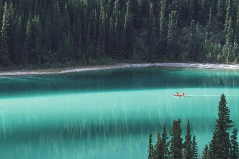 Le lac Emerald est r&eacute;put&eacute; pour la couleur vert &eacute;meraude de ses eaux; il est sans doute le lac le plus photographi&eacute; du Yukon.<br /><br />Cette teinte est due &agrave; la r&eacute;flexion de la lumi&egrave;re sur les d&eacute;p&ocirc;ts blancs d&rsquo;argile et de carbonate de calcium qui se trouvent au fond du lac. Ces d&eacute;p&ocirc;ts consistent en un m&eacute;lange de calcaire qui vient des montagnes alentour qui ont &eacute;t&eacute; &eacute;rod&eacute;es par les glaciers durant la derni&egrave;re p&eacute;riode glaciaire, il y a 14&thinsp;000 ans. Les eaux les ont ensuite d&eacute;plac&eacute;s jusqu&rsquo;ici o&ugrave; le lac s&rsquo;est form&eacute; lors du retrait des glaciers.<br /><br />Cr&eacute;dit photo : gouvernement du Yukon