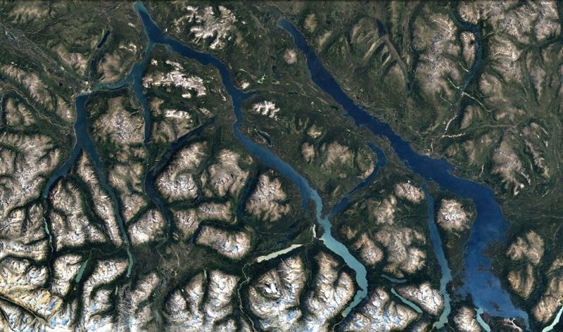 La r&eacute;gion des lacs du sud est caract&eacute;ris&eacute;e par ses vall&eacute;es &eacute;tendues et ses grands lacs &mdash; on y trouve plus de 600 kilom&egrave;tres de lacs interconnect&eacute;s.<br /><br />Les montagnes St-Elias se dressant entre la r&eacute;gion et les c&ocirc;tes de l&rsquo;Alaska, le climat y est sec et frais. Le perg&eacute;lisol (sol gel&eacute; en permanence) repr&eacute;sente environ un quart des sols de la r&eacute;gion qui sont principalement recouverts de plaines humides.<br /><br />Cette r&eacute;gion abrite la plus grande diversit&eacute; de mammif&egrave;res du Yukon, au moins 50 des 60 esp&egrave;ces connues dans le territoire y sont repr&eacute;sent&eacute;es.<br /><br />Photo : Vue satellite de la r&eacute;gion<br />Cr&eacute;dit photo : Google Earth