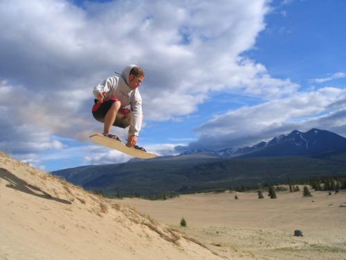 Pour l&rsquo;instant, le d&eacute;sert de Carcross n&rsquo;est pas prot&eacute;g&eacute;. C&rsquo;est un lieu tr&egrave;s populaire aupr&egrave;s des gens locaux et des visiteurs pour faire du 4 x 4 hors-piste, du quad, ou encore du surf des sables en &eacute;t&eacute;. L&rsquo;hiver, c&rsquo;est un endroit de pr&eacute;dilection pour une journ&eacute;e de luge ou de ski de fond.<br /><br />Photo : Surfeur des sables dans le d&eacute;sert de Carcross<br />Cr&eacute;dit photo : sandboard.com