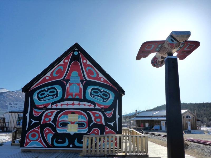 Le centre d&rsquo;accueil de la piste Chilkoot de Parcs Canada a ouvert ses portes &agrave; Carcross en 2016, dans la maison historique Skookum Jim. L&rsquo;endroit est d&eacute;sormais le centre d&rsquo;information canadien de la piste Chilkoot, qui parcourt 53 km entre l&rsquo;extr&eacute;mit&eacute; sud du lac Bennett, &agrave; travers le col Chilkoot, jusqu&rsquo;&agrave; Dyea, pr&egrave;s de Skagway, en Alaska.<br /><br />La piste Chilkoot est reconnue comme lieu historique national en m&eacute;moire des 100&thinsp;000 hommes et femmes qui l&rsquo;ont parcourue lors de la Ru&eacute;e vers l&rsquo;or du Klondike en 1898.<br /><br />Vous y trouverez une exposition de photos sur l&rsquo;histoire des Premi&egrave;res nations, de la Ru&eacute;e vers l&rsquo;or et de l&rsquo;&egrave;re des bateaux &agrave; aubes du Yukon. &Agrave; l&rsquo;&eacute;tage, le mus&eacute;e MacBride pr&eacute;sente une exposition sur l&rsquo;histoire de Carcross.<br /><br />Photo : Maison Skookum Jim<br />Cr&eacute;dit photo : St&eacute;phanie Chevalier