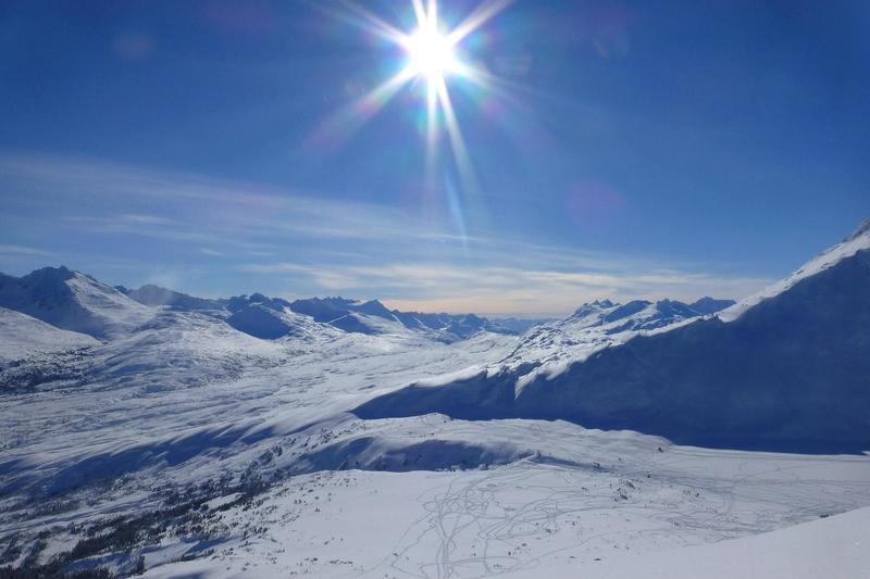 La compagnie de train White Pass &amp; Yukon Route tire son nom du col de montagne du m&ecirc;me nom qui relie Skagway, en Alaska, &agrave; Carcross, au Yukon, en passant par la ville fant&ocirc;me de Bennett, en Colombie-Britannique, de l&rsquo;autre c&ocirc;t&eacute; du lac Bennett. Le col a &eacute;t&eacute; baptis&eacute; White en l&rsquo;honneur de Thomas White qui &eacute;tait ministre de l&rsquo;Int&eacute;rieur du Canada en 1887, &agrave; l&rsquo;&eacute;poque o&ugrave; l&rsquo;arpenteur William Ogilvie explorait les environs.<br /><br />Le col White est l&rsquo;un des deux passages qu&rsquo;empruntaient les prospecteurs lors de la Ru&eacute;e vers l&rsquo;or du Klondike. Plus long que la piste Chilkoot, mais aussi moins escarp&eacute;, ce col a &eacute;t&eacute; choisi pour la construction du &nbsp;chemin de fer qui relie Skagway &agrave; Carcross.<br /><br />Cr&eacute;dit photo : St&eacute;phanie Chevalier