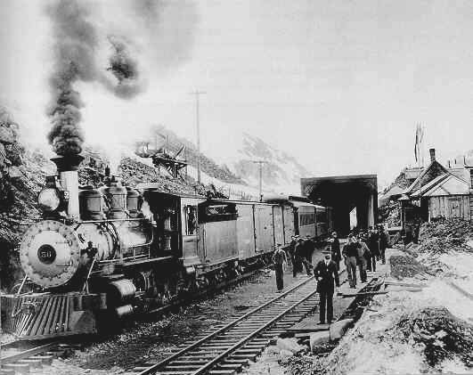 La ligne de chemin de fer White Pass &amp; Yukon Route a &eacute;t&eacute; construite entre 1898 et 1900 pour r&eacute;pondre aux besoins des chercheurs d&rsquo;or du Klondike. D&rsquo;une longueur de 177 km, elle reliait Skagway, en Alaska, &agrave; Whitehorse. Traversant un col escarp&eacute; de montagnes, il a fallu 450 tonnes d&rsquo;explosifs pour la construire.<br /><br />Lorsque la ligne a &eacute;t&eacute; termin&eacute;e, la fi&egrave;vre de l&rsquo;or &eacute;tait d&eacute;j&agrave; retomb&eacute;e, mais les compagnies mini&egrave;res ont remplac&eacute; les prospecteurs, transportant leurs minerais (cuivre, plomb, argent) des mines yukonnaises jusqu&rsquo;aux bateaux &agrave; Skagway.<br /><br />Photo : Chemin de fer de la White Pass &amp; Yukon Route au sommet du col White<br />Cr&eacute;dit photo : Library of Congress Prints and Photographs Division Washington, D.C.