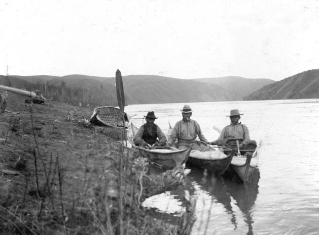 Le village de Carcross se situe sur la rive nord du lac Bennett, o&ugrave; la rivi&egrave;re Natasaheenie le connecte au lac Nares. Cette voie navigable fait partie d&rsquo;une route historique que parcouraient les autochtones en canot; de Nares, ils passaient au lac Tagish, qui se transforme en lac Marsh, et enfin d&eacute;bouche sur le fleuve Yukon.<br /><br />Les autochtones voyageaient sur cette route de village en village pour r&eacute;aliser des &eacute;changes commerciaux entre tribus. Les lacs &eacute;taient &eacute;galement une source importante de nourriture qui permettait d&rsquo;acc&eacute;der &agrave; de bons coins de p&ecirc;che et de chasse.<br /><br />Photo : Trois hommes assis dans des canots faits d&rsquo;&eacute;corce de bouleau, fleuve Yukon, 1901<br />Cr&eacute;dit photo : U.S. Geological Survey USGS-mwc00171