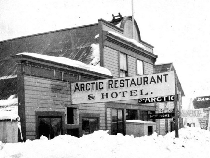 C&rsquo;est dans le village de Bennett &mdash; aujourd&rsquo;hui abandonn&eacute; &mdash; qu&rsquo;a commenc&eacute; la bonne fortune de la famille Trump. Friedrich Trump, le grand-p&egrave;re du c&eacute;l&egrave;bre milliardaire Donald Trump, a en effet construit un h&ocirc;tel-restaurant ici durant la Ru&eacute;e vers l&rsquo;or, le New Arctic. Cet &eacute;tablissement, un des rares b&acirc;timents en rondins de deux &eacute;tages au milieu du village de tentes de Bennett, offrait le g&icirc;te, le couvert et la compagnie de femmes de petite vertu, semblerait-il.<br /><br />Lorsque la ligne de chemin de fer a &eacute;t&eacute; termin&eacute;e, Trump et son partenaire ont d&eacute;plac&eacute; leur h&ocirc;tel &agrave; Whitehorse en le faisant flotter sur la rivi&egrave;re. Ils ont ouvert &agrave; temps pour l&rsquo;arriv&eacute;e du premier train, sur la rue Front. C&rsquo;&eacute;tait un lieu tr&egrave;s fr&eacute;quent&eacute; reconnu pour &ecirc;tre d&eacute;prav&eacute;; les deux associ&eacute;s se vantaient de servir jusque 3&thinsp;000 repas par jour. Au moment o&ugrave; la Ru&eacute;e vers l&rsquo;or s&rsquo;est essouffl&eacute;e, Trump a quitt&eacute; le Yukon avec une grande richesse qui lui a permis d&rsquo;aller en Allemagne chercher une &eacute;pouse, avant de revenir &agrave; New York et commencer &agrave; b&acirc;tir l&rsquo;empire Trump.<br /><br />Photo : H&ocirc;tel Arctic, ca 1&thinsp;899<br />Cr&eacute;dit photo : Royal BC Museum and Archives