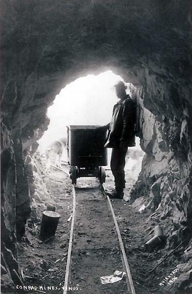 La d&eacute;couverte d&rsquo;argent sur le versant est du mont Montana a entra&icirc;n&eacute; une ru&eacute;e en 1904. John Conrad a acquis les droits des concessions et a construit un r&eacute;seau important de sentiers, de tramways et de chemins &agrave; wagons pour extraire le minerai pr&eacute;cieux de la montagne et le d&eacute;placer. Les promesses de richesses du village de Conrad ont attir&eacute; des milliers de personnes sur les rives du bras Windy du lac Tagish.<br /><br />Mais l&rsquo;acc&egrave;s difficile aux mines a n&eacute;cessit&eacute; d&rsquo;importants investissements. Conrad a acquis un tramway de 80&thinsp;000 $ &agrave; Seattle, une fortune pour l&rsquo;&eacute;poque. Le tramway &mdash; dont on peut encore apercevoir les traces aujourd&rsquo;hui &mdash; s&rsquo;&eacute;levait &agrave; 1 km au-dessus du lac Tagish, puis s&rsquo;&eacute;tendait sur 7,5 km sur le mont Montana pour transporter le minerai de la mine jusqu&rsquo;au bord du lac. &Agrave; l&rsquo;&eacute;poque, c&rsquo;&eacute;tait le tramway le plus long du monde.<br /><br />Lorsque le tramway a &eacute;t&eacute; install&eacute;, les hommes de Conrad ont commenc&eacute; &agrave; travailler dans les trois mines : Venus, Montana et Big Thing.<br /><br />Photo : La mine V&eacute;nus<br />Cr&eacute;dit photo : Groupe Hougen