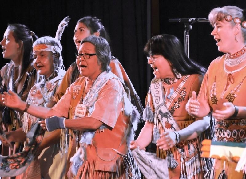 Le b&acirc;timent accueille aujourd&rsquo;hui les bureaux d&rsquo;associations locales dont la Yukon First Nations Culture &amp; Tourism Association, organisatrice d&rsquo;Ad&auml;ka Cultural Festival (Festival culturel Ad&auml;ka), un grand &eacute;v&eacute;nement qui c&eacute;l&egrave;bre les cultures autochtones depuis 2011. Ad&auml;ka signifie &laquo; venir dans la lumi&egrave;re &raquo; en tutchone du Sud. Le festival s&rsquo;installe chaque ann&eacute;e au Kwanlin D&uuml;n Cultural Centre et r&eacute;unit des artistes autochtones de toutes pratiques : musique, danse, conte, sculpture et artisanat traditionnel.<br /><br />Un des moments phares du festival demeure sans contredit un d&eacute;fil&eacute; de mode de v&ecirc;tements d&rsquo;inspiration autochtone, traditionnels ou contemporains, cr&eacute;&eacute;s par des membres de Premi&egrave;res nations yukonnaises. C&rsquo;est un grand rassemblement de la communaut&eacute; qui inspire les artistes et jeunes autochtones et les rend fiers de leur patrimoine. C&rsquo;est aussi une belle occasion de mieux conna&icirc;tre les cultures des Premi&egrave;res nations du Yukon et d&rsquo;ailleurs.<br /><br />Cr&eacute;dit photo : Gouvernement du Yukon